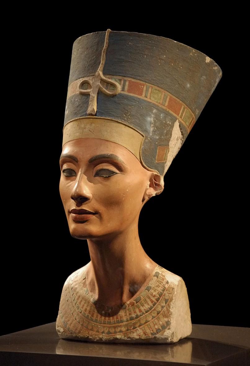Billede af Nefertiti-busten, opdaget i Akhenatons hovedstad Amarna den 6. december 1912 (Foto: Philip Pikart)